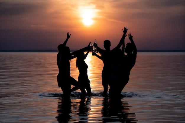 석양을 배경으로 한 저녁 해변 파티