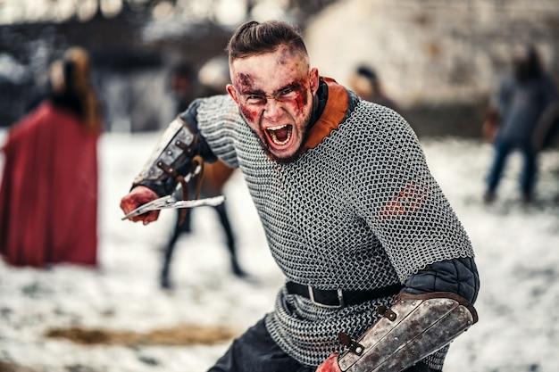 剣との戦いに行く若い戦士の邪悪な感情。城の近くの戦い