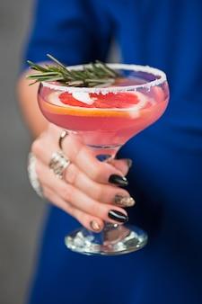 Экзотический коктейль и женские руки