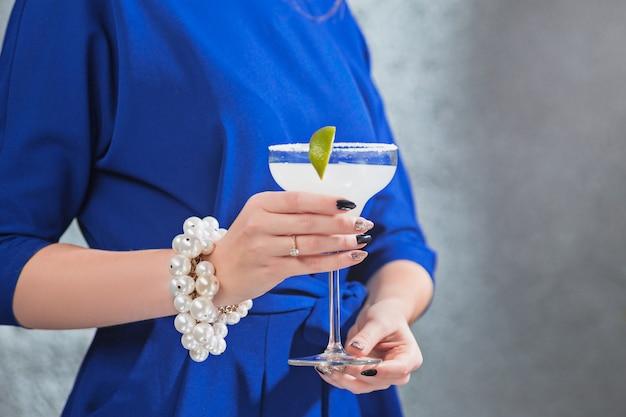 エキゾチックなカクテルと女性の手