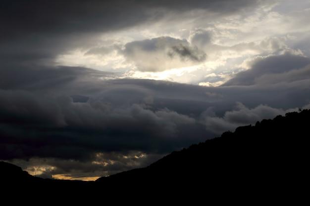 Выразительный контраст облаков на небе
