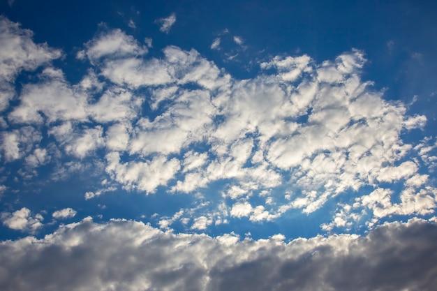 하늘 구름의 표현적인 대비