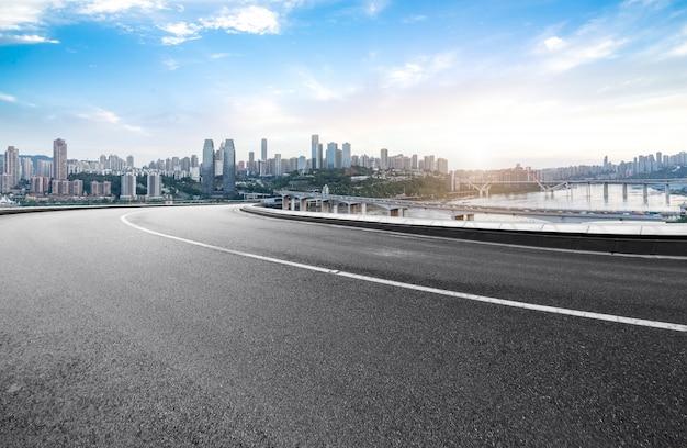 고속도로와 현대 도시의 스카이 라인은 중국 충칭에 있습니다.