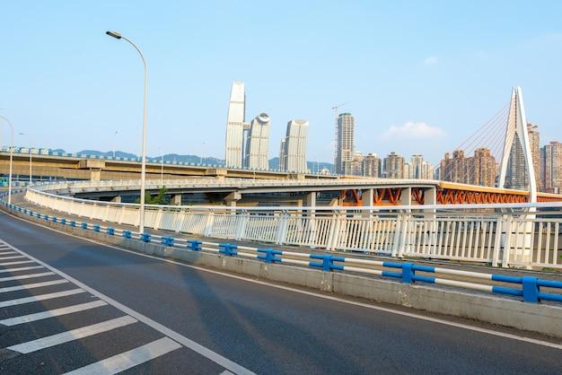 Скоростная автомагистраль и современный городской пейзаж находятся в чунцине, китай.