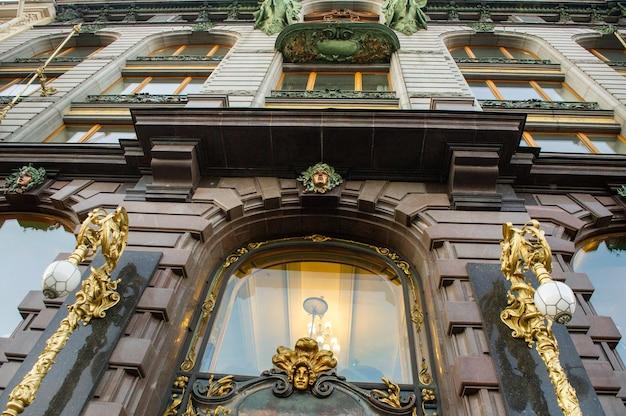 Фасад старого здания в центре санкт-петербурга, россия