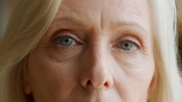 노파의 얼굴과 눈. 늙은 여자의 얼굴에 큰 주름이 있습니다. 얼굴 클로즈업