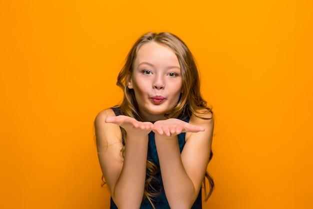 장난이 행복한 십대 소녀의 얼굴