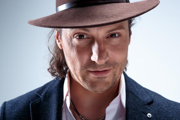 灰色の帽子を持つ若い男の肖像画の顔。