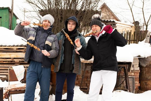 家族は冬に路上でシャシリクを食べます。あらゆる目的のために。