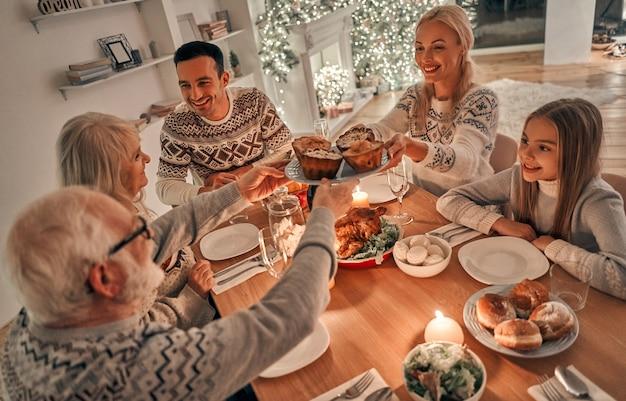 Семья за рождественским ужином