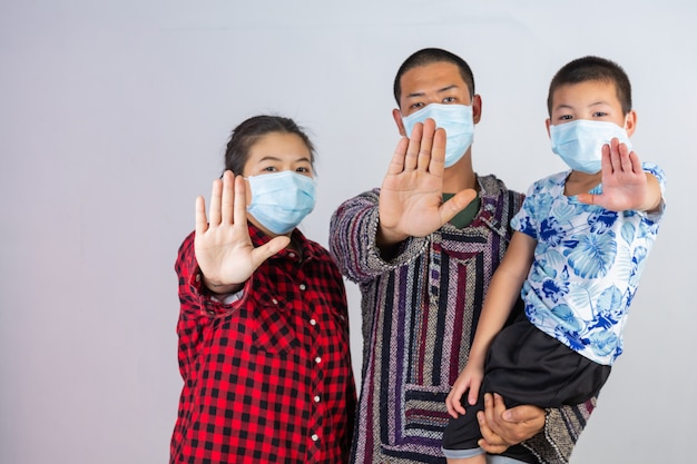 Семья носит медицинскую защитную маску