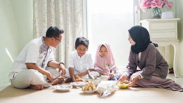 Семейная традиция праздника ид аль-фитр - есть кетупат опор или гарниры.