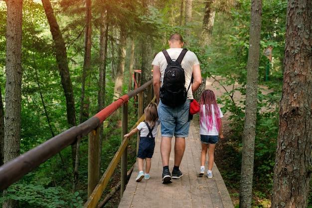 가족은 숲의 생태 하이킹 코스를 따라 여행합니다.