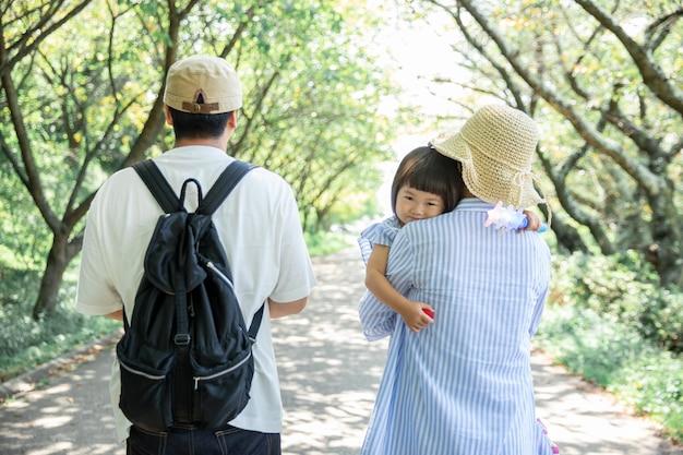 공원에서 노는 가족