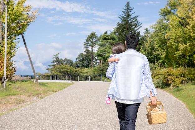 Семья, которая играет в парке