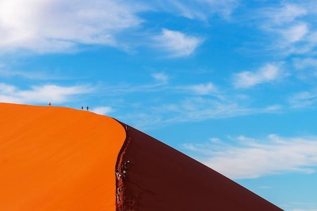 Знаменитые 45 красных песчаных дюн в соссусвлее. африка, пустыня намиб