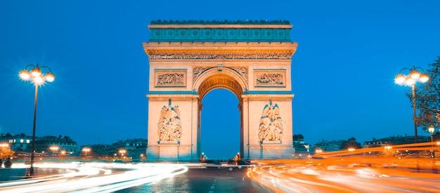 夜の有名な凱旋門、パリフランス