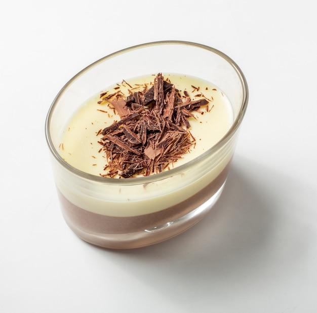 유명한 디저트 - 흰색 바탕에 초콜릿으로 장식된 바이에른 크림