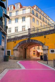 Знаменитая розовая улица в лиссабоне, португалия