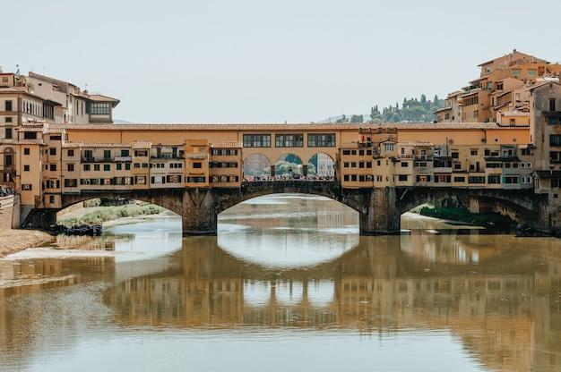 有名なヴェッキオ橋。イタリア、フィレンツェ。観光、レクリエーションの概念。
