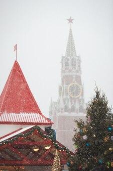 Знаменитая спасская башня московского кремля на красной площади в москве на рождество в сильный снегопад