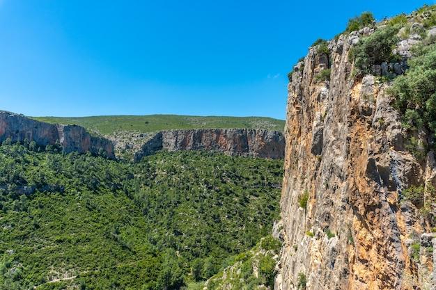 발렌시아 공동체의 산에있는 chulilla 산의 등반가를위한 유명한 성벽