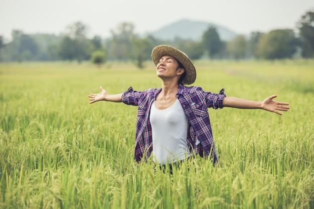 농부는 쌀밭에 있으며 쌀을 관리합니다.