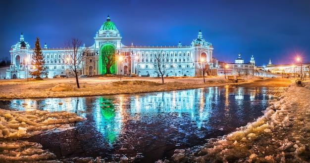 카잔 크렘린 근처의 농민 궁전과 얼음으로 뒤덮인 겨울 웅덩이에 반사
