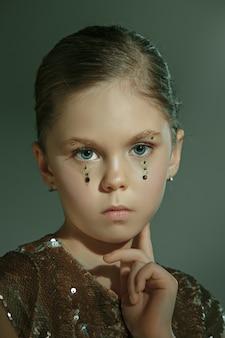 スタジオで美しい十代の少女のファッションポートレート