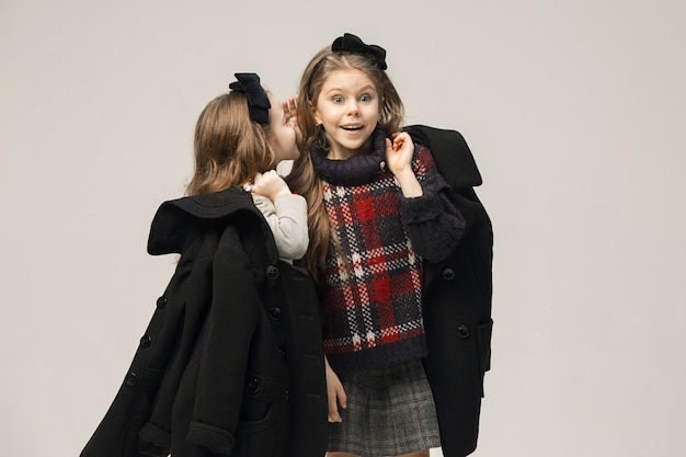 スタジオで美しい10代の若い女の子のファッションポートレート