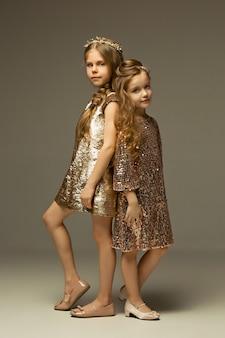 Мода портрет молодых красивых девушек в студии