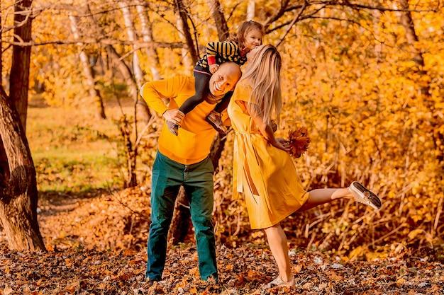 Отец держит на плечах, его дочь и мать целуют ее дочь