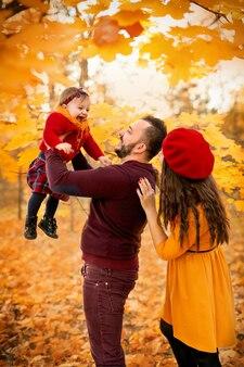 아버지는 웃고 있는 어린 딸을 품에 안고 높이 들어 올립니다.