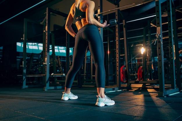 체육관 피트니스 및 건강한 생활 개념에서 열심히 훈련하는 여성 운동 선수