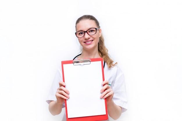 女医は喜んで彼女のタブレットを紙と笑顔で示します