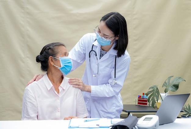 女医が患者様のお年寄りを背負って支え、親しみやすい医療をご案内します。