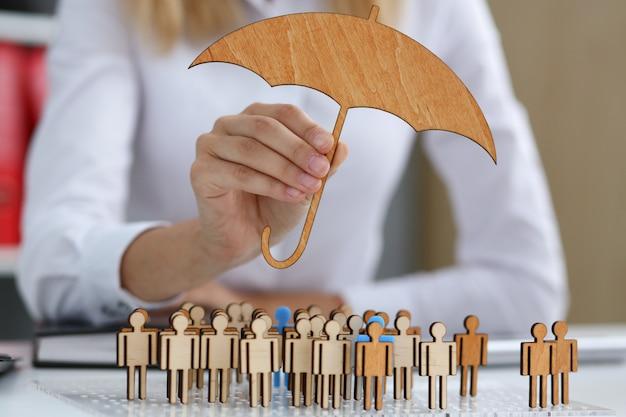 Женская рука держит миниатюрный зонт в руке