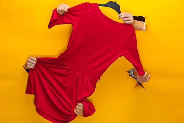 노란색에 드레스와 여성 손입니다. 판매, 쇼핑 및 블랙 프라이데이 개념