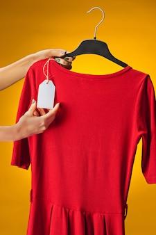黄色の新しいドレスを着た女性の手