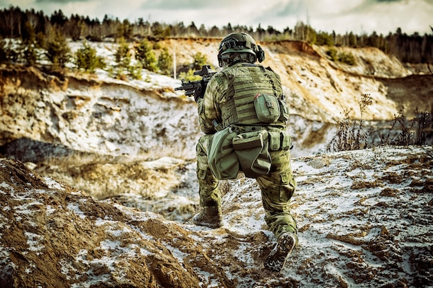 Боец спецподразделения выполняет опасную миссию