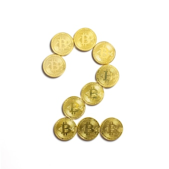 Фигура 2 выложена из биткойн-монет и изолирована на белом фоне