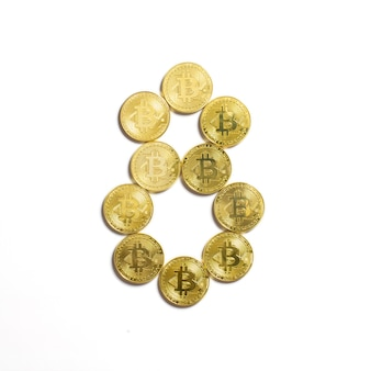 Фигура 8 выложена из биткойн-монет и изолирована на белом фоне