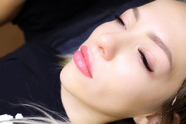 Готовая работа по перманентному макияжу губ - замечательный результат того, что губы татуированы по машинной технологии.