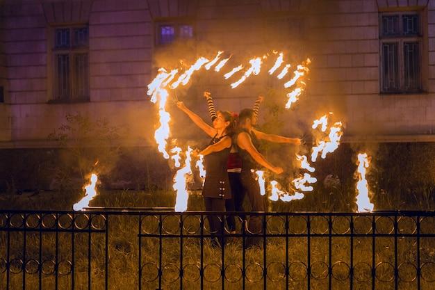 イベントでの火のショー火で踊る偽物のグループ