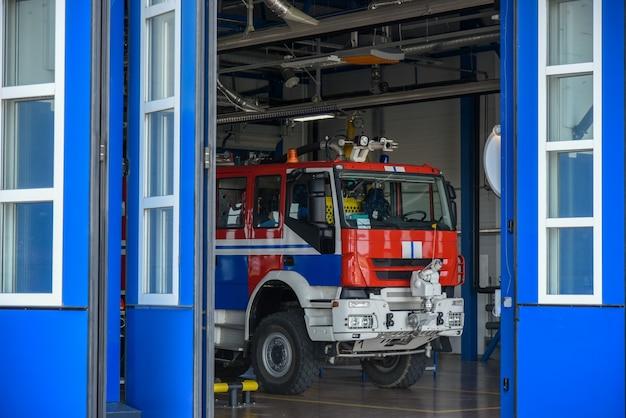 消防車は消防署のガレージボックスにあります。