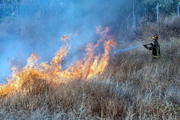 最大の敵である火と戦う消防士。