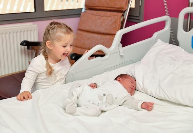 病棟での姉妹と生まれたばかりの赤ちゃんとの最初の知り合い