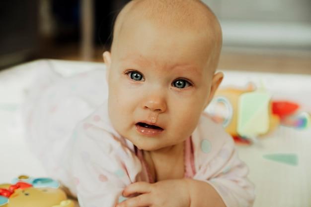 Первая простуда у маленького ребенка, плачущего