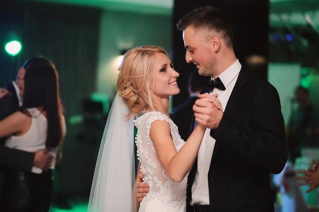 レストランでの新婚夫婦の最初のダンス