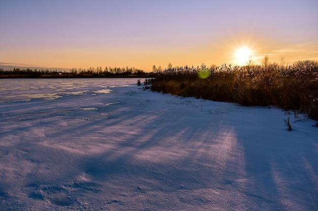 석양에 태양에 첫 번째 얼음